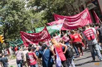 En Rosario, quedó en evidencia la fuerza de la unión popular en la marcha convocada por ATE. Miles de personas de diferentes agrupaciones brindaron su apoyo a los derechos de todos los trabajadores y repudiaron los despidos masivos, la criminalización de la protesta, pidiendo libertad para Milagro Sala y paritarias sin techo. #Proyecto341 #ParoNacional #Macri #ATE #fotoperiodismo #Rosario PH: Ana Isla , reservados todos los derechos / all rights reserved