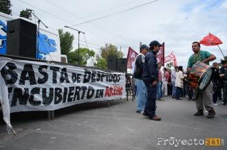 El escenario donde se realizará el acto central muestra el pedido de los trabajadores.
