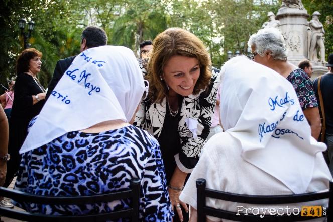 Intendente Monica Fein saluda a las Madres de Plaza de mayo presentes.